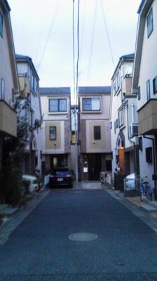 外観 正面突き当り右側です。駐車場は小型車のみ。