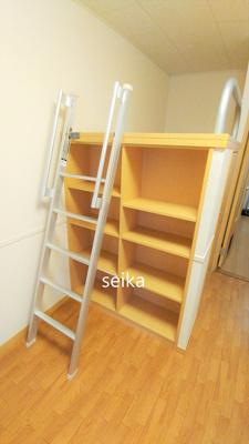 収納棚も有り、本や書類なども収納できます