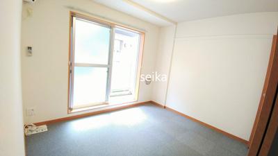 1階はフローリングです。カーテンは付いておりません。