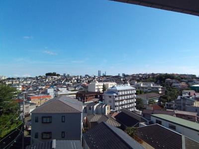 周りに遮る建物がなくランドマークタワーも見えます。