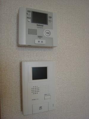 オートロックゲートのモニターフォンと、玄関のモニターフォンです。
