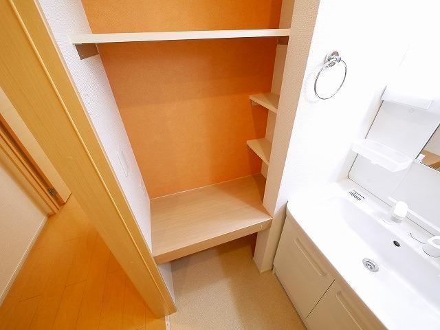 収納棚にタオルや洗剤などが収納できます