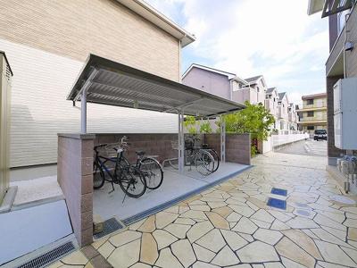 広い自転車置き場が有ります。