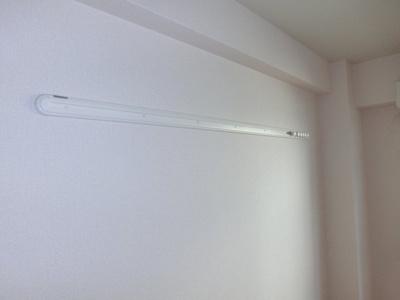 洋室の壁にはフック掛けがあります。