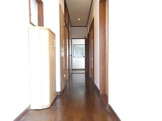 玄関からキッチンへ廊下があります