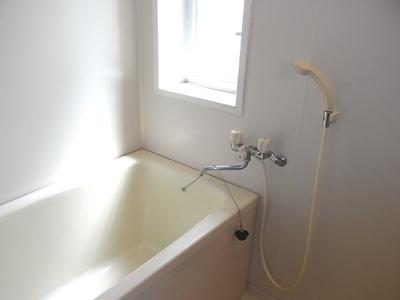 浴室にも窓があります