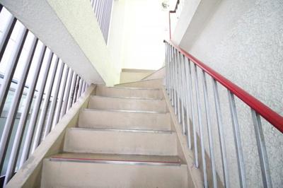 階段もキレイにしてます!