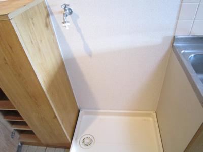 キッチン横に洗濯機置き場があります
