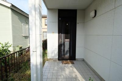 門扉から歩いて10mほどでアプローチにつきます