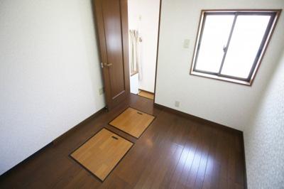 《洋室4.5帖》こちらが洋室7.5帖からは入れるお部屋です。広いウォークインクローゼットとしてや、ご主人の書斎としても。