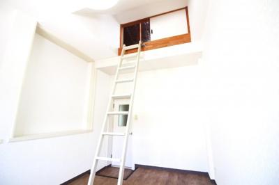《洋室6.5帖》ハシゴが設置されており《天井収納庫》があります。