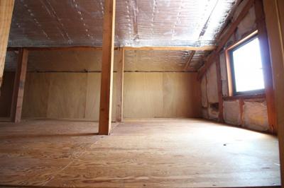 とても広いスペースの《天井収納庫》ですので、シーズンオフの衣類や大切な思い出の品などをたくさんしまっておけます。