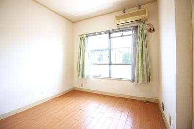 《洋室5.5帖》南側に窓があり陽当りは良好です!