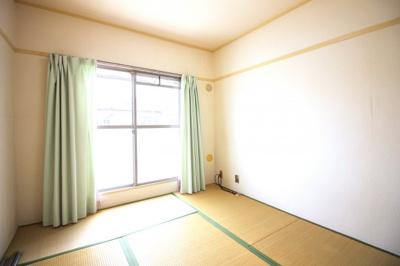 《和室6帖》押し入れもしっかり完備されている和室です。南側には掃き出し窓があり陽当・通風は良好です。
