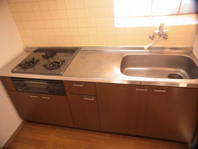 システムキッチン、対面型なのでリビング・ダイニングが調理しながら見えます!