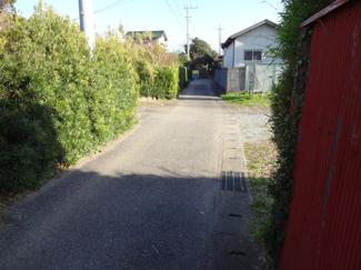 舗装された公道です。
