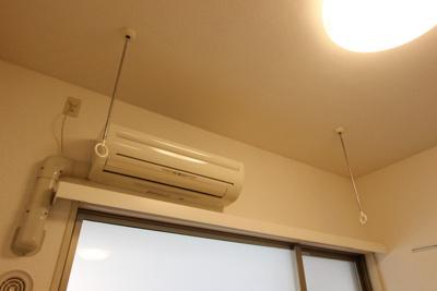 エアコンと室内物干し竿