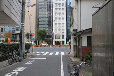 南青山TKハウス駐車場 前面道路(※道路の前方の大通りが青山通りです)
