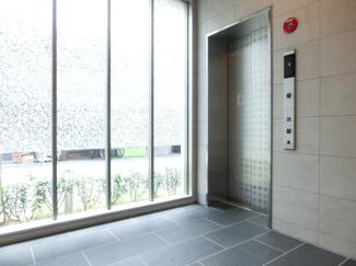すっきりとした明るいエレベーターホール!