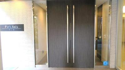 ☆重厚感のあるオシャレな扉です☆防犯カメラも設置☆ パークアクシス東上野