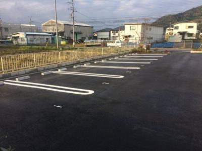 ダブルラインの広々駐車場