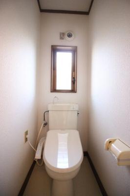 窓のある明るいトイレ 温水洗浄便座付