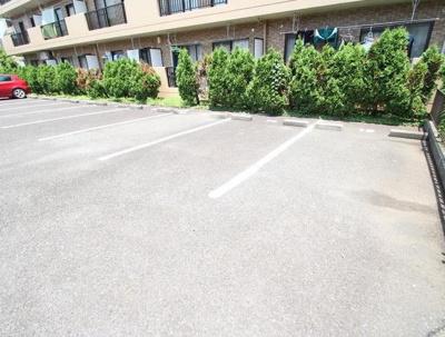 クレッセの駐車場