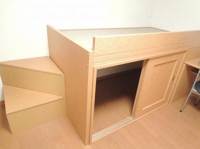 収納付ベッド、ベット下や階段下が収納スペースになっています。