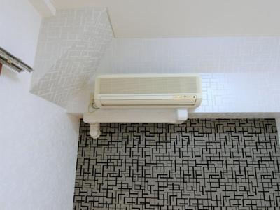 このお部屋にはエアコンが完備されています。
