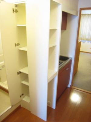 キッチン横、収納棚有り※同タイプ室内