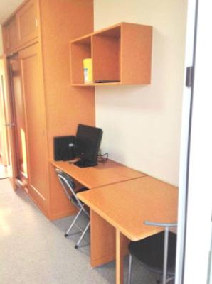 テーブル、テレビ、椅子、収納棚、収納