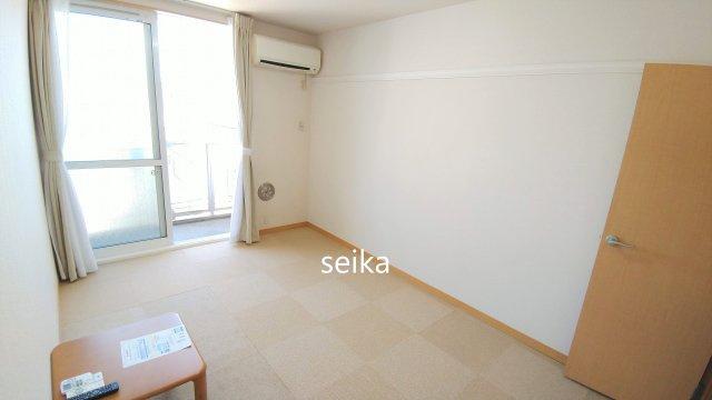 同タイプ。カーテン付き。2・3階はカーペット敷きのお部屋。