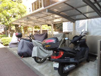 屋根付きバイク置き場のある【アカシアハイツ2号棟】です!