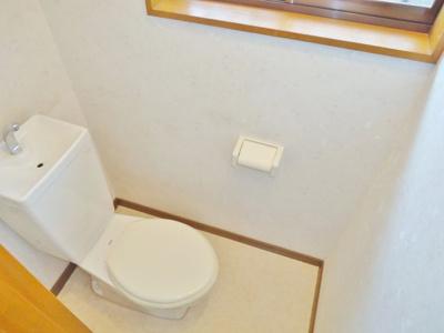 洋式トイレにも窓あります