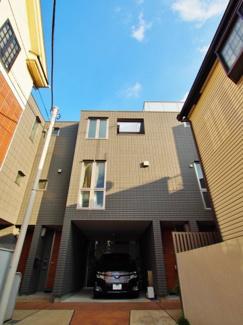 代々木5丁目の閑静な住宅街に佇む2階建てマンション