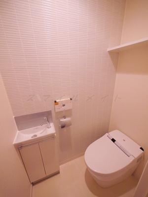 冬場も温かい温水洗浄便座と上部に収納・手洗い場も有ります。