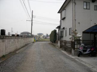 前面道路と国道17号線をつなぐ道路から撮影した写真です。突き当りが物件になります。
