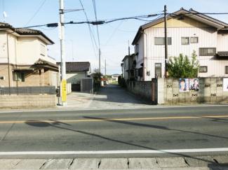 国道17号線から撮影した写真です。この写真の真ん中の道路の突き当りが物件になります。