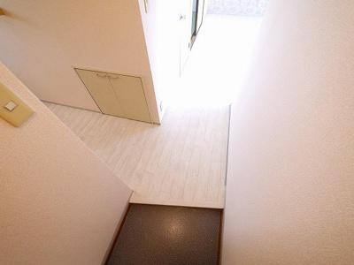 白いフロアがシンプルでおしゃれな玄関