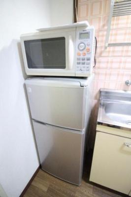 冷蔵庫と電子レンジもついていますよ。