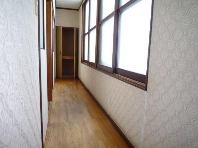 2階廊下、突き当たりは収納です