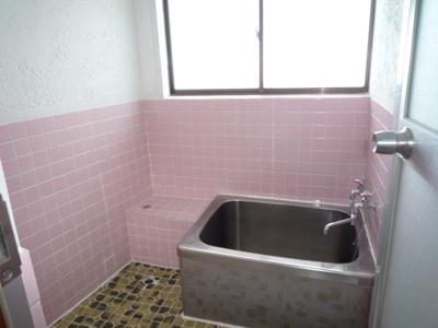 昭和の香り漂うタイル張りのお風呂場