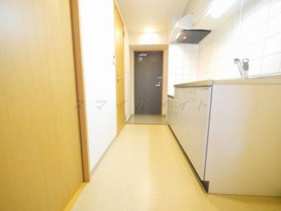 キッチンのすぐ隣に冷蔵庫が置けます。