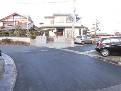 前面道路からの敷地入り口を確認頂けます