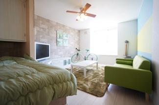 無垢床材調の温かみある洋室