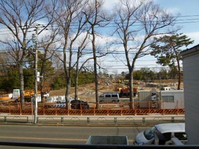 目の前の井之頭公園駐車場 左側がジブリの森美術館