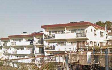 高台の住宅街に佇む4階建てのマンションです