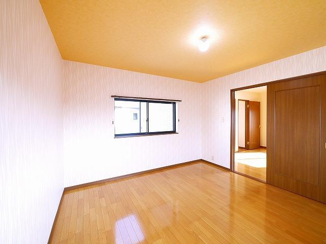 広いお部屋はお掃除もしやすいフローリング敷