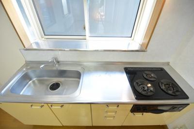 窓付き一坪タイプの広い風呂、ゆったりできます。