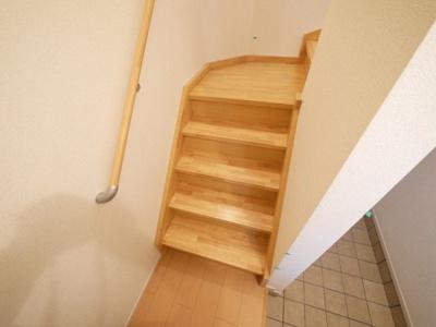 階段下に収納スペースもある玄関です